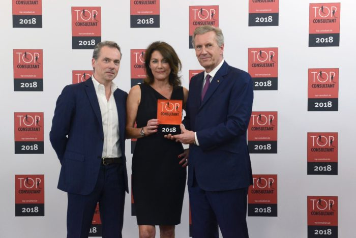Hansgeorg Derks, Klaudia Meinert und Bundespräsident a.D. Christian Wulff bei der Preisverleihung