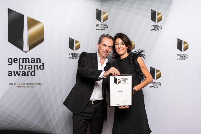 Firmengründer Hansgeorg Derks und Klaudia Meinert nehmen den German Brand Award für ihre ausgezeichnete Markenberatung in Berlin entgegen